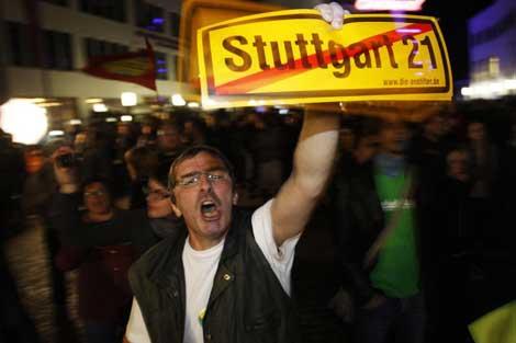 Un manifestante protesta contra el proyecto ferroviario en Stuttgart. | Reuters