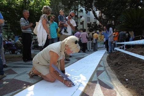 Una de las participantes plasma sus versos, este domingo, en Alicante. | E.Caparrós