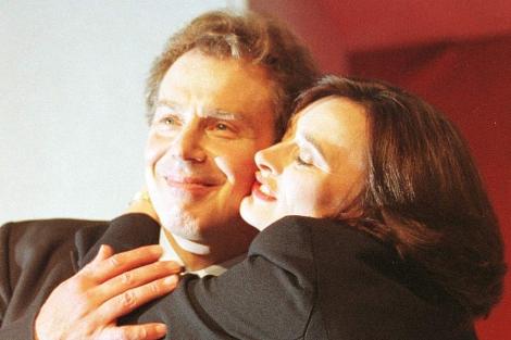 Cherie Blair besa a Tony Blair en el Congreso Laborista de 1996. | AP
