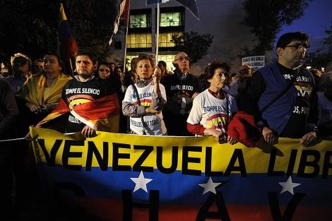 Manifestación enfrente de la embajada venezolana el pasado jueves. | A.F.P.