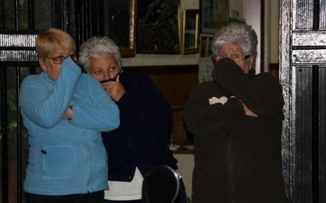 Vecinas de la mujer se protegen del fuerte olor.| ACN