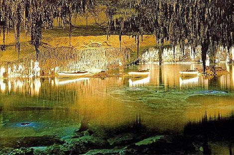Vista del Lago Martel, en las Cuevas del Drach, hoy con sus barcas iluminadas.