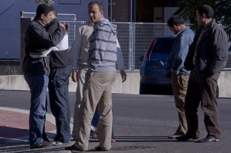 Familiares y amigos dándose el pésame tras la tragedia.   Gonzalo Arroyo