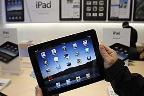Un cliente muestra un iPad en una tienda Apple de San Francisco. | AP