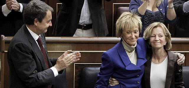 Zapatero aplaude a De La Vega que se abraza a Salgado, hoy, en el Congreso de los Diputados. | Alberto di Lolli