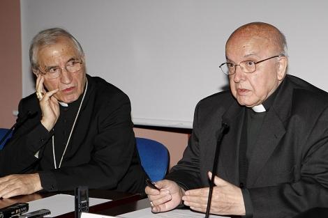 Rouco Varela escucha al próximo cardenal, José Manuel Estepa, en un acto con la prensa.   Efe