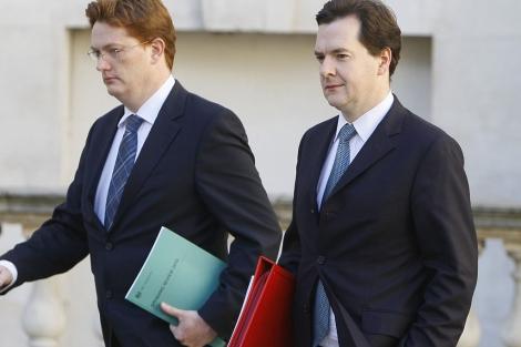 El ministro de Economía, Georges Osborne (dcha.), y el jefe del Tesoro, D. Alexander.  Reuters