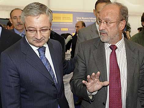 El alcalde de Valladolid (d) el pasado día 14 con el ministro de Fomento, José Blanco. | Efe