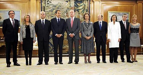 El Rey, Zapatero y los nuevos ministros. | Reuters