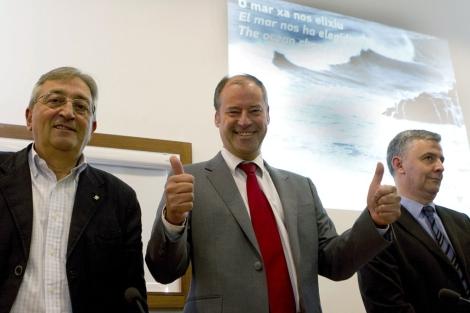 El rector, Salustiano Mato (c), acompañado del comisionado del Campus del Mar, Emilio Fernández.   Efe