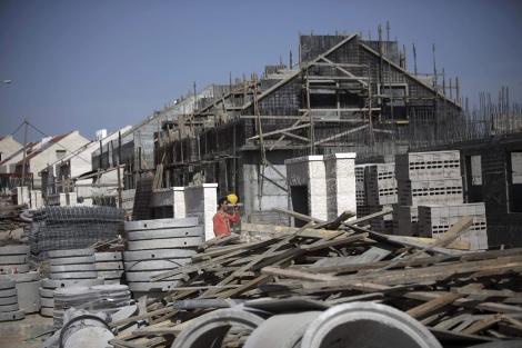 Un trabajador palestino en la colonia israelí de Kiryat Arba, cerca de Hebrón.   AP