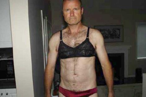 El coronel Russell Williams vestido con la ropa interior de sus víctimas. | Ap