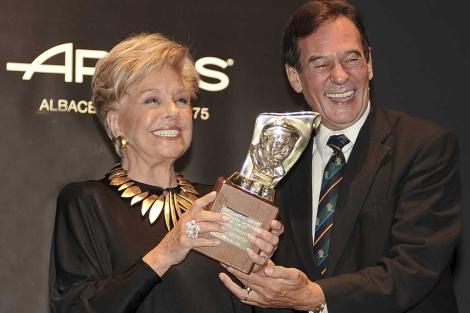 La actriz recibe el Premio Nacional de Teatro Pepe Isbert de manos de Toni Isbert. | Manu / Efe