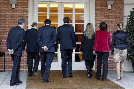 Zapatero y sus nuevos ministros entran en La Moncloa tras posar para los fotógrafos.   Efe