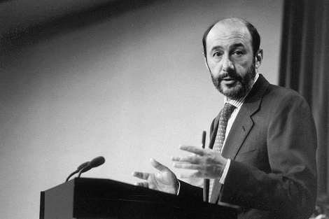 Alfredo Pérez Rubalcaba, cuando era ministro portavoz en 1995. | Foto: Carlos Barajas