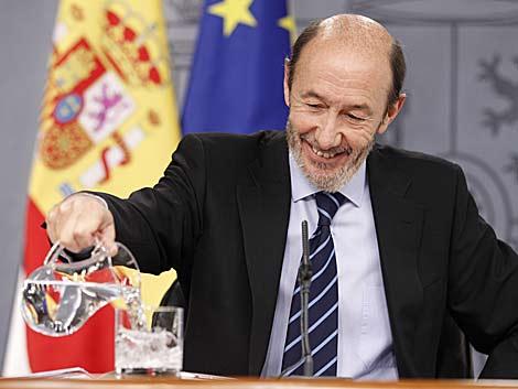 Alfredo Pérez Rubalcaba se prepara para su primera rueda de prensa como portavoz. | José Aymá