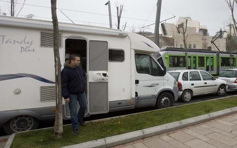 Autocaravana aparcada / Miguel Calvo