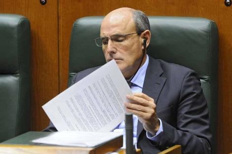 Rafael Bengoa revisa su documentación en el Parlamento Vasco. | Nuria González