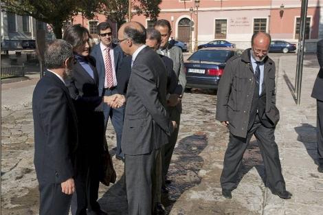 Ángeles González-Sinde a su llegada a la Universidad. A la derecha, León de Riva. | Foto: Efe