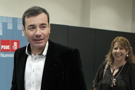 El líder de los socialistas madrileños, Tomás Goméz, junto a la portavoz de su partido en la Asamblea, Maru Menéndez, llega a la reunión del Comité Federal del PSOE.   Efe