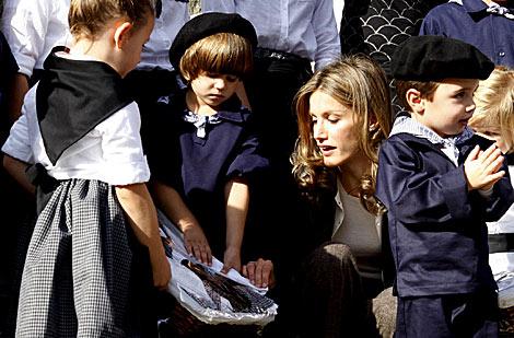 La Princesa de Asturias, con unos niños vestidos con trajes regionales. | Efe