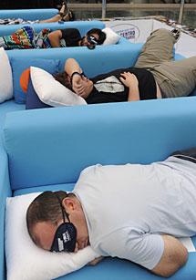 Participantes, en plena siesta. | AFP
