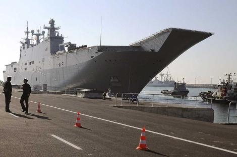 El buque insignia de la Armada, atracado en la base aeronaval de Rota. | Efe