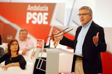 El ministro José Blanco junto a la delegada de la Junta, María Gámez.   A. Pastor