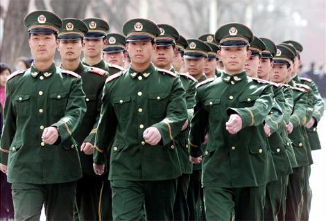 Soldados chinos se dirigen a su cuartel en Pekín. (Foto: AP)