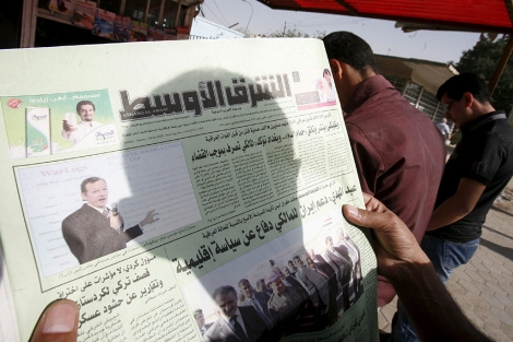 Un hombre iraquí lee en un diario la noticia de las filtraciones.   Efe