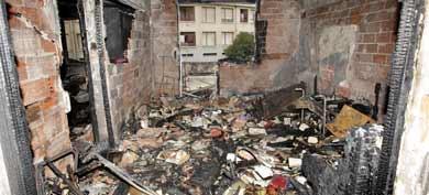 Estado en el que ha quedado el edificio incendiado en Barakaldo.   Efe