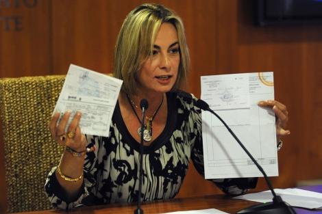 La alcaldesa Sonia Castedo presenta las facturas de los supuestos regalos. | Cristóbal Lucas