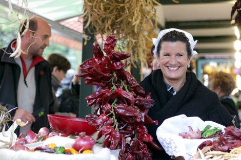 Una productora de frutra y verdura del País Vasco en Gernika.   Efe