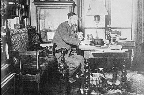 El Nobel de Literatura de 1921 Anatole France en su despacho
