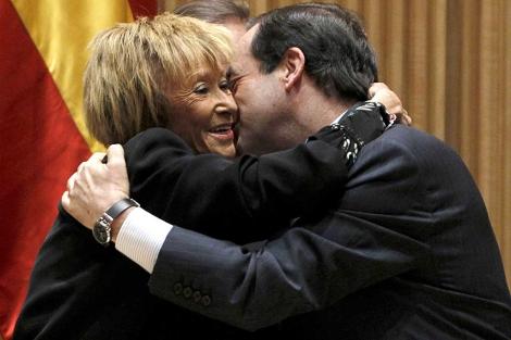 De la Vega se abraza con Bono.   Efe