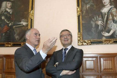 El alcalde de Palencia, Heliodoro Gallego, con Blanco en el Ayuntamiento.   Brágimo