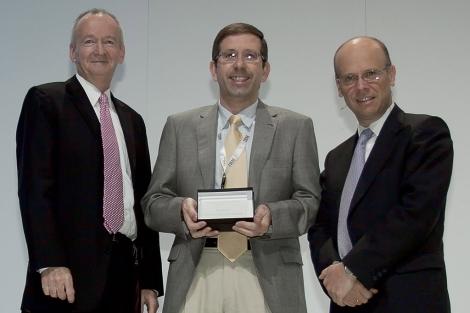 Mateo Asensi recoge el premio de la multinacional IBM por su propuesta. | ELMUNDO.es