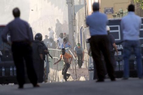 Un grupo de jóvenes levanta barricadas en Melilla por el desempleo. | Efe