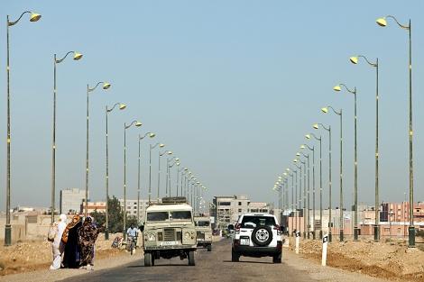 Varias mujeres saharauis intentan conseguir transporte para dirigirse hacia el campamento de desplazados saharauis Gdeim Izi. | Efe
