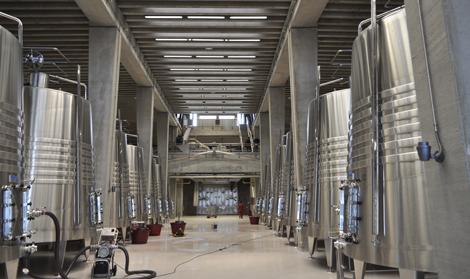 La bodega se ha diseñado en vertical: en la imagen, los depósitos de fermentación.