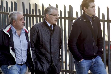 El jefe de la Brigada de Extranjería de la Comisaría de Lugo (c), y dos compañeros, en los juzgados. | Efe