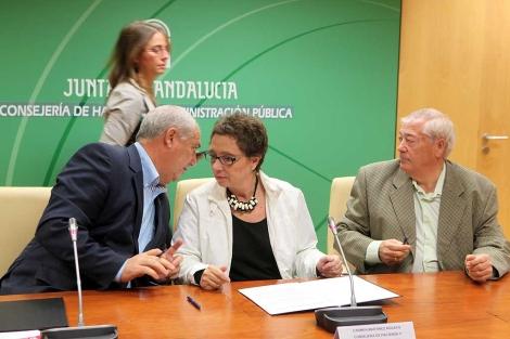 La consejera de Hacienda, entre los portavoces de CCOO y UGT, hoy. | Jesús Morón