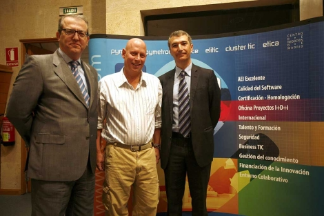 Ross Smith junto a dos organizadores de la ponencia 'Seguridad del Software'. | E.M.