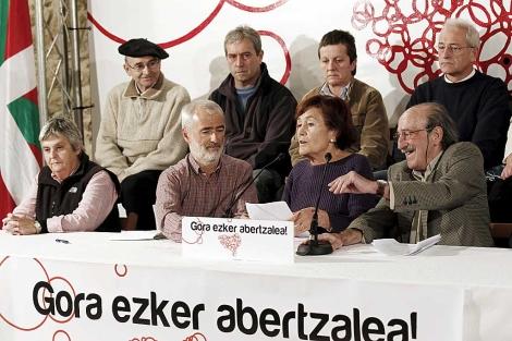 Los dirigentes veteranos de Batasuna, en el acto celebrado hoy en Alsasua (Navarra). | Efe