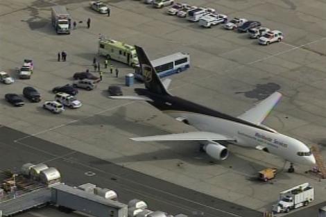 Las autoridades estadounidenses rodean un avión sospechoso en Newark. | Reuters