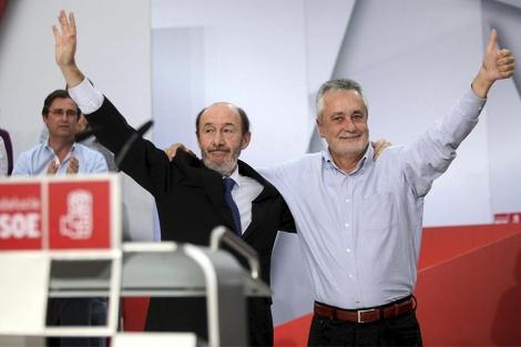 Rubalcaba saluda, junto al presidente de la junta andaluza, en el mitin de Cádiz. | Efe