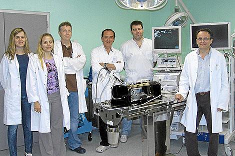 El cirujano Francisco Noguera, responsable del Grupo de Oncología Quirúrgica y Procedimientos de Mínima Invasión, con miembros de su equipo.