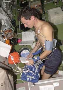 Pedro Duque hace un experimento en 2003.