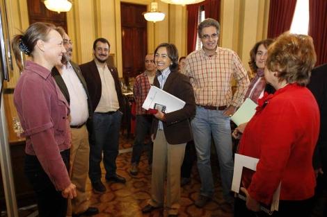 La ministra departe con los ecologistas.   José Aymá