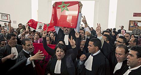 Parte del grupo de marroquíes que crearon el alboroto en la sala. | Efe